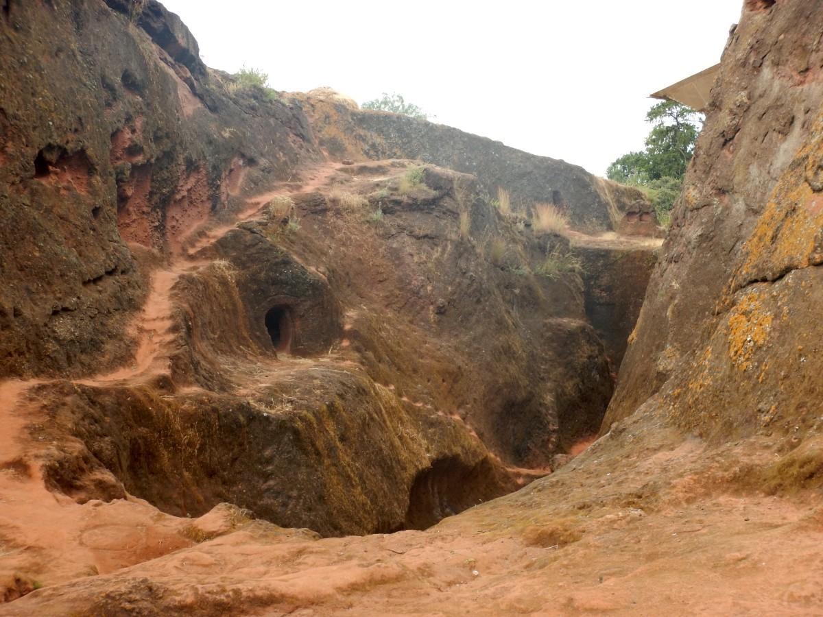 Des grottes, demeures de moines. Visite du monastère de Lalibela en Ethiopie