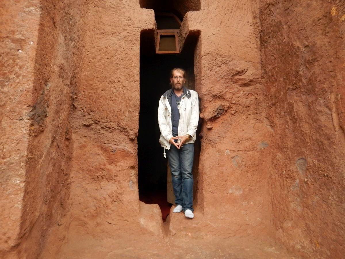 Devant la Tombe d'Adam. In front of Adam Tomb. Trek à  Lalibela Voyage Séjour Trekking Randonnée Road Trip en Ethiopie.