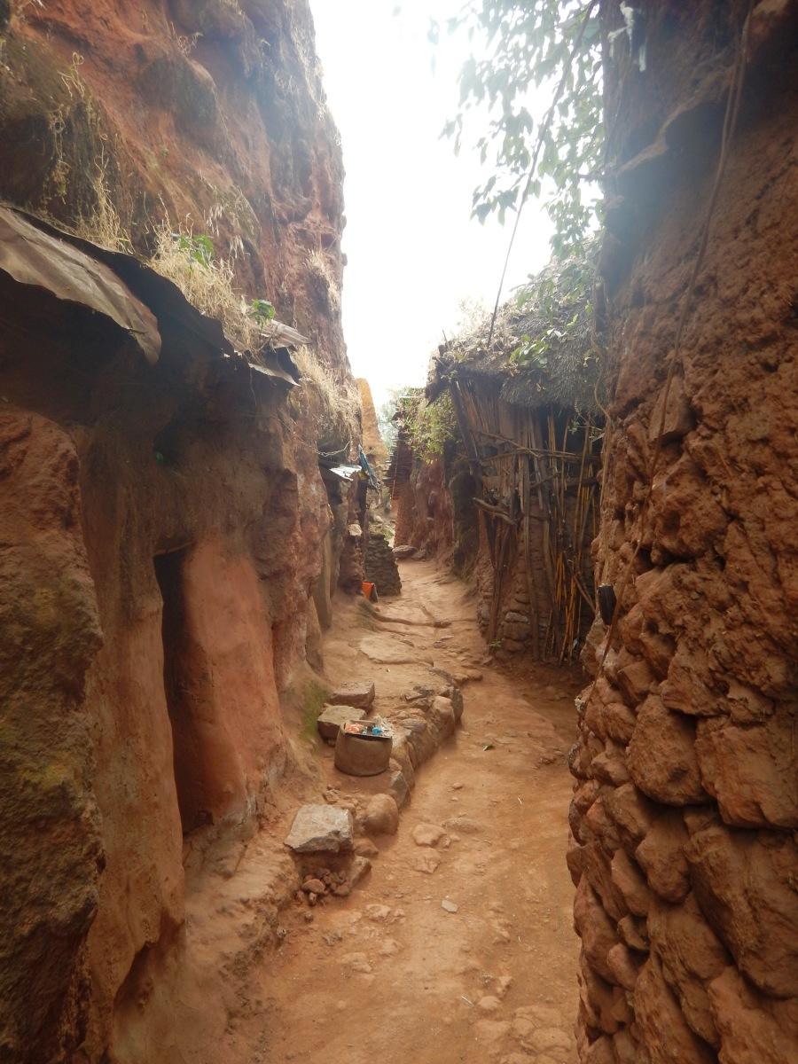 Une ruelle. Visite du monastère de Lalibela en Ethiopie