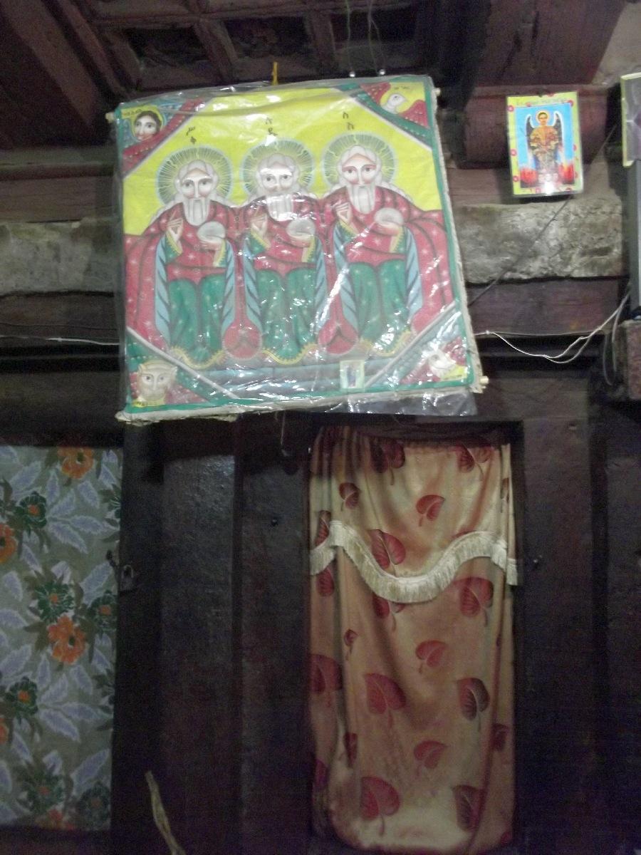 Des icônes sont arborées sur les murs. Trek et randonnée, visite de Debre Damo en Ethiopie.  L'Eglise Abba Aregawi.