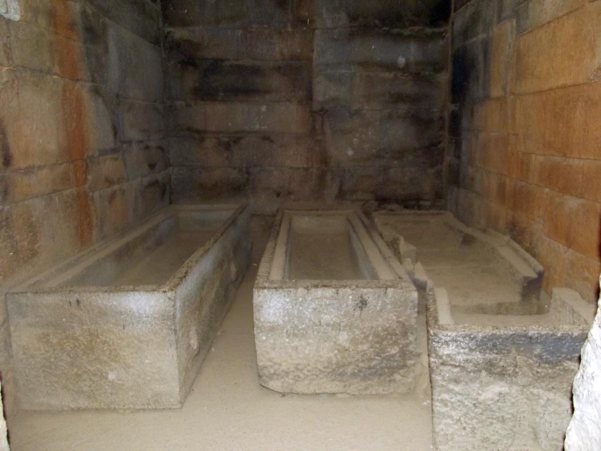 Les sarcophages impériaux. Trek, randonnée et visite d'Axum en Ethiopie. Les Tombes du Roi Kaleb et de son fils le Roi Gebre Meskel (Gabra Masqal)
