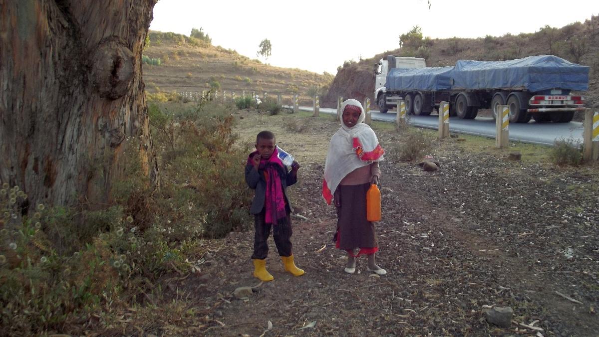 Sur le chemin de l'école. On the road to school. Voyage Séjour Road Trip Trek Trekking Randonnée en Ethiopie. Debre Libanos Road Trip en Ethiopie route de Debre Libanos à Addis Abeba