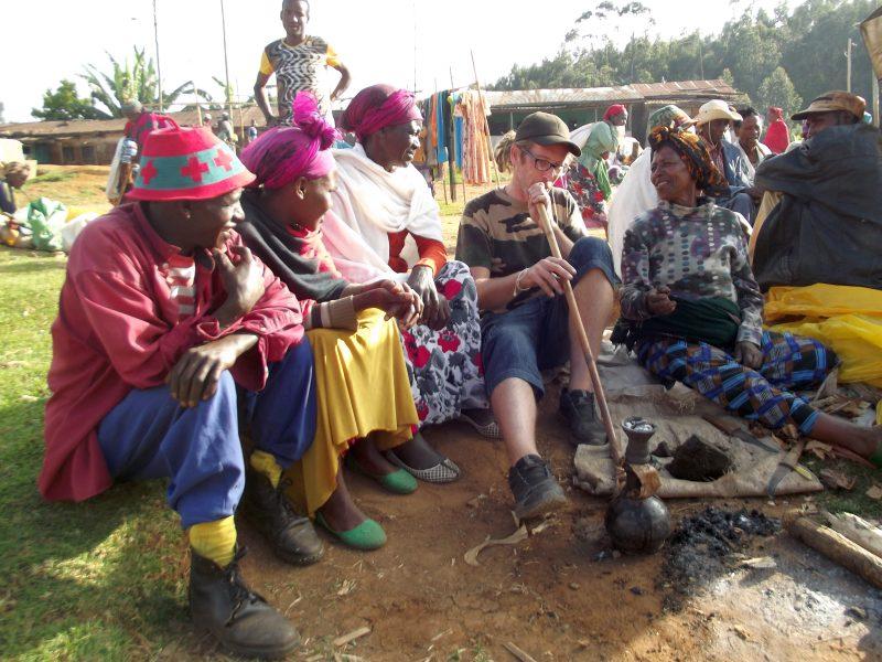 Le tabac se fume au chalice. Voyage Séjour Trek Trekking Randonnée Road Trip en Ethiopie Visite de la Vallée de l'Omo en Ethiopie. La Ville de Dorze, Le Marché