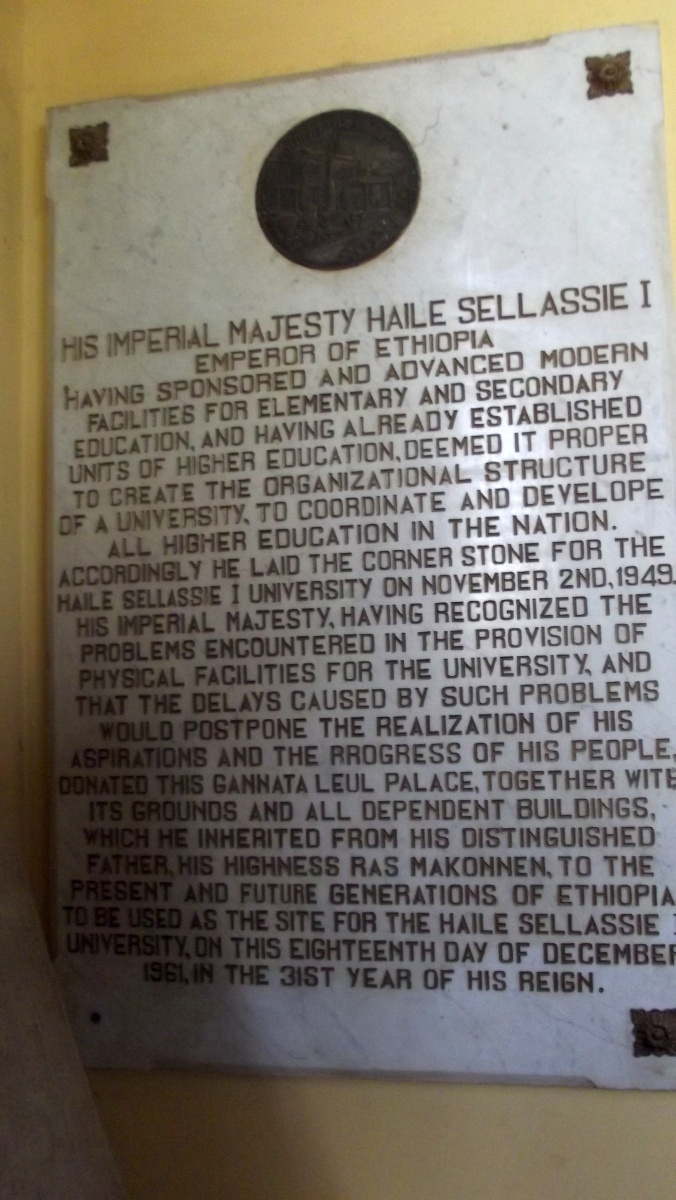 Plaque commemorative du don de Haile Selassie. Visite de Addis Abeba University Voyage Séjour Trekking et randonnée, Road trip en Ethiopie.  Région Amhara.ite de Addis Abeba University d'Addis Abeba en Ethiopie.