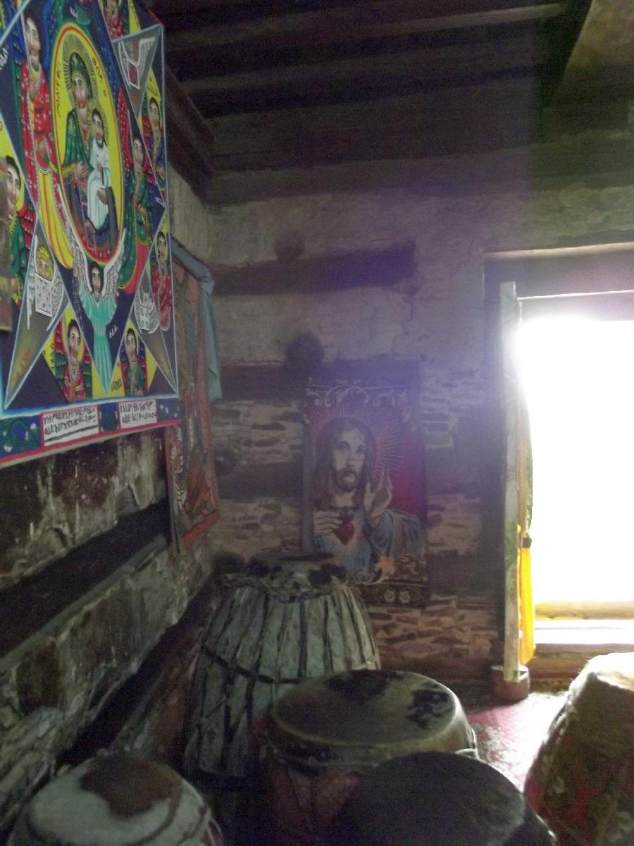 L'intérieur de l'église Abba Aregawi est très pieux. Trek et randonnée, visite de Debre Damo en Ethiopie.  L'Eglise Abba Aregawi.