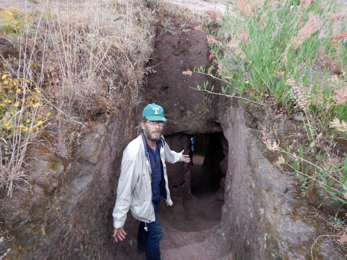 Entrée vers le Tunnel de la Résurrection . Entrance to the Tunnel of the Resurrection. Trek, randonnée autour des églises monolithiques  de Lalibela en Ethiopie