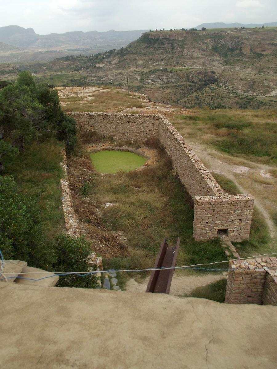 Bassin au baptême, vue du minaret de Dabra Damo. Visite, trek et randonnée à Debre Damo en Ethiopie.