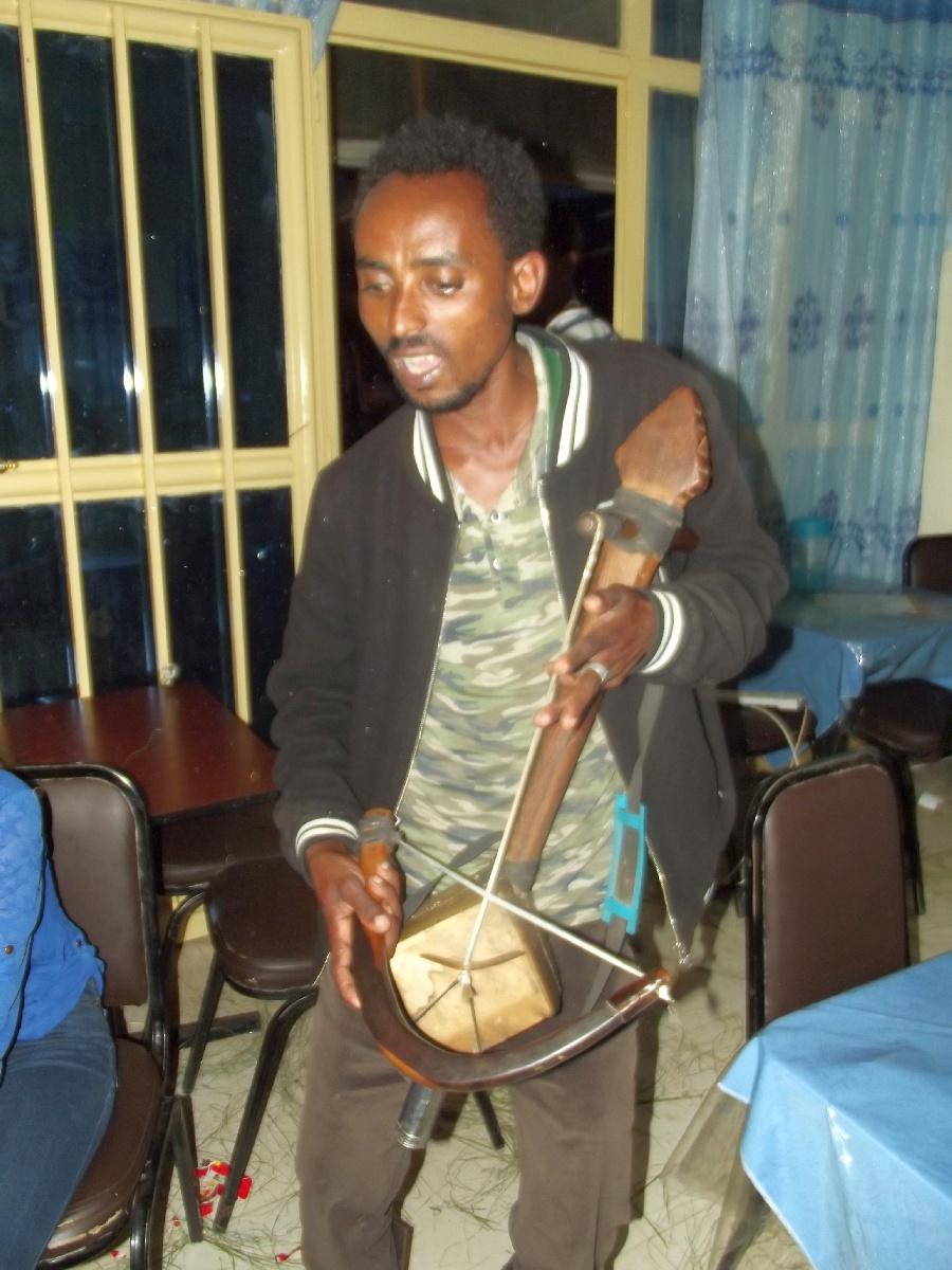 Un ménestrel (Azmari). Trek, randonnée et visite d'Adigrat en Ethiopie.