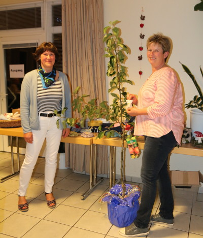 Ein zweiter Apfelbaum wurde unter den Teilnehmerinnen verlost und ging Ute Fock aus Weddelbrook