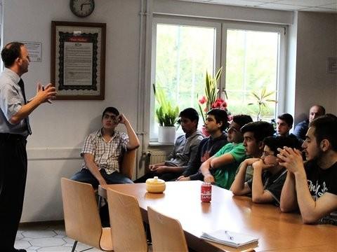 Einstellungsberater Andreas Reuster erklärt Interessierten in der Fatih-Moschee die verschiedenen Ausbildungswege und Aufnahmevoraussetzungen für den Polizeidienst in der Bundesrepublik.