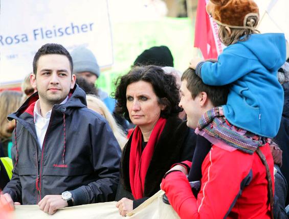 In der ersten Reihe des friedlichen Protests: Dekanin Christiane Quincke, links daneben Halil Sahin von der Fatih-Moschee. Foto: Meyer