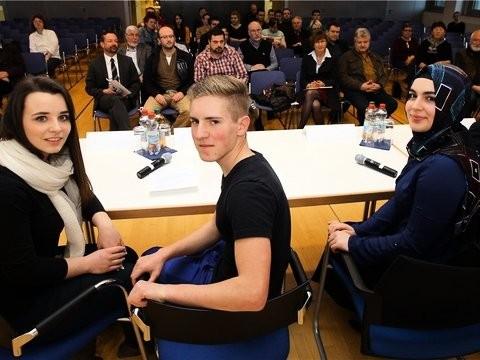 Stellen sich auf dem Podium im PZ-Forum den Fragen aus dem Publikum: Jessica, Levin und Gökce (von links) stehen fest zu ihrem Glauben.