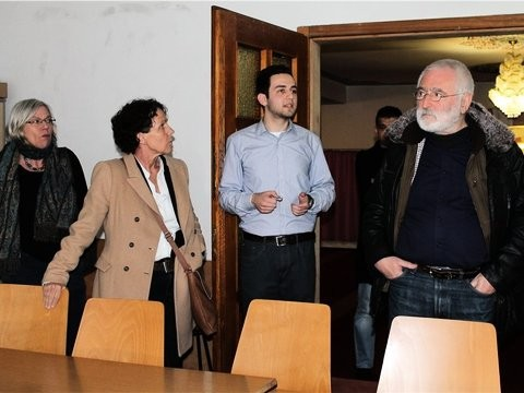 Der Dialogbeauftragte Halil Sahin (Mitte) führt unter anderem Renate Thon, Sibylle Schüssler und Andrew Hilkowitz (von links) durch das Unterrichtszimmer für Mädchen in der Fatih-Moschee.