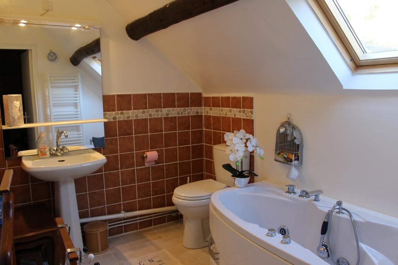 2 eme Salle de bain à l'étage baignoire balnéo.