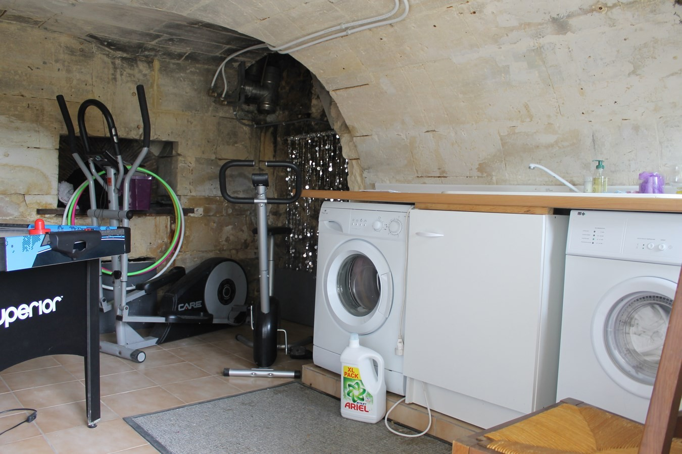 Laverie avec machine à laver et secher.