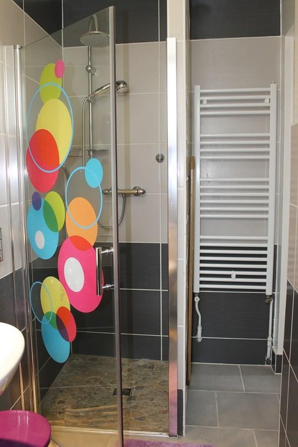 salle de bain rez de chaussé avec douche, wc, lavabo.