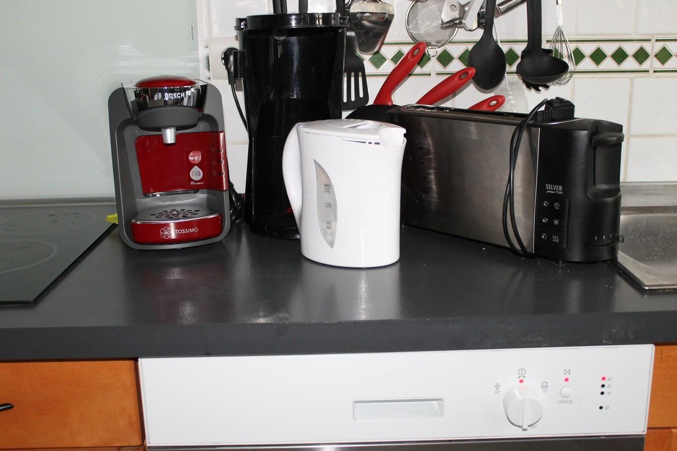 cafetiere filtre, grill pain, bouilloire, tassimo( capsule plastique).