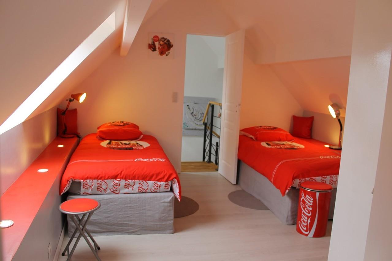 Chambre 2 lits de 90/190. Une armoire et un cabriolet.