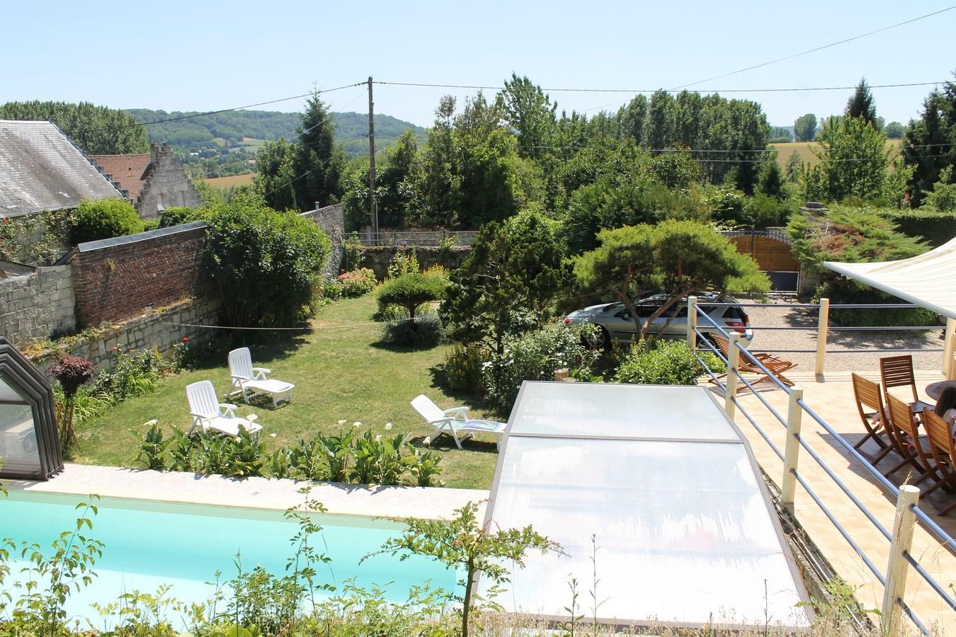 vue panoramique sur l'entrée du gîte,son jardin paysagé clos.