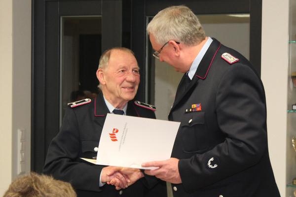 Siegfried Elfroth (links) wurde für 50 Jahre Mitgliedschaft in der Feuerwehr geehrt