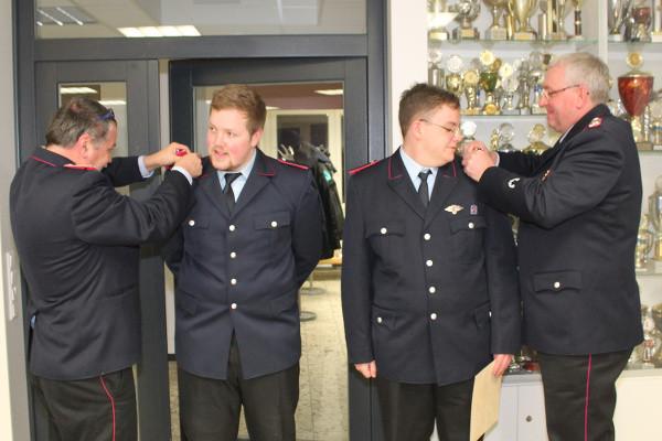 Jan-Rico Grobe und Matthis Denecke wurden zum Feuerwehrmann befördert