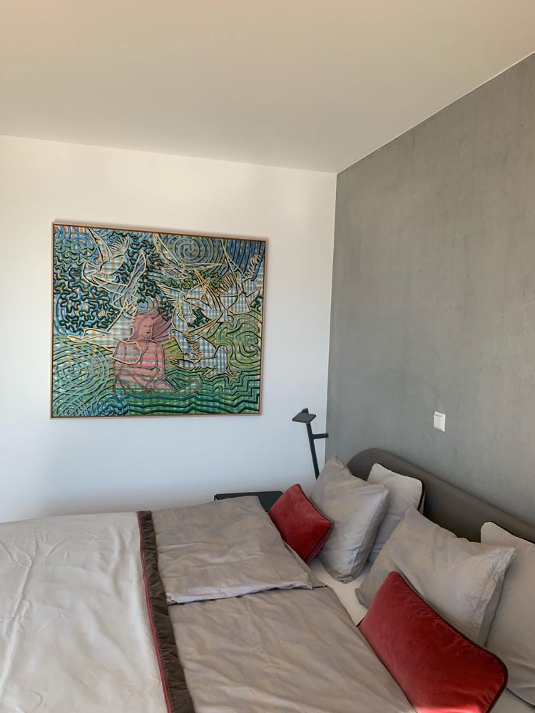 """Schlafzimmer mit Gemälde """"Nervöser Frieden"""""""
