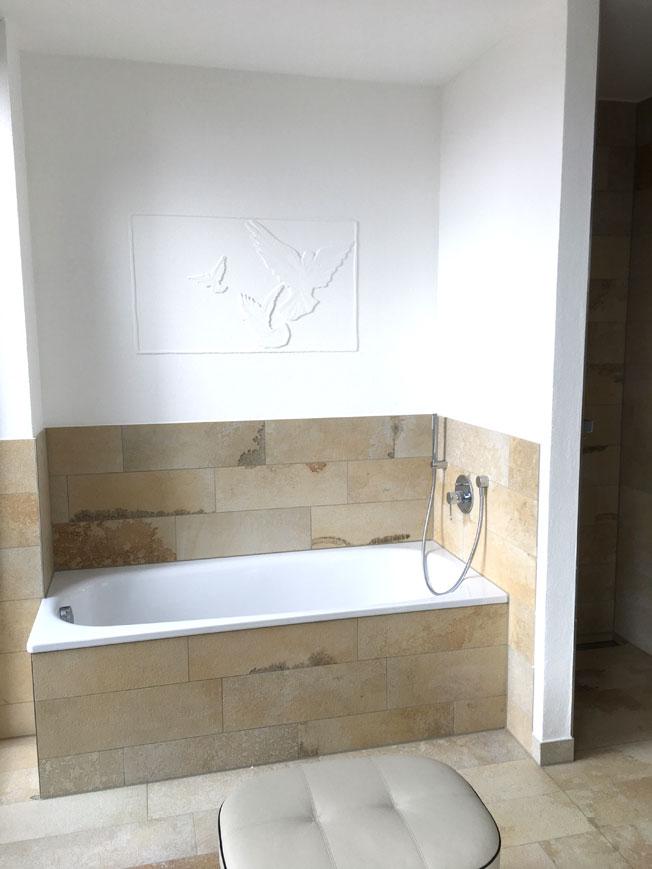 Bad mit Wanne, Dusche und Toilette