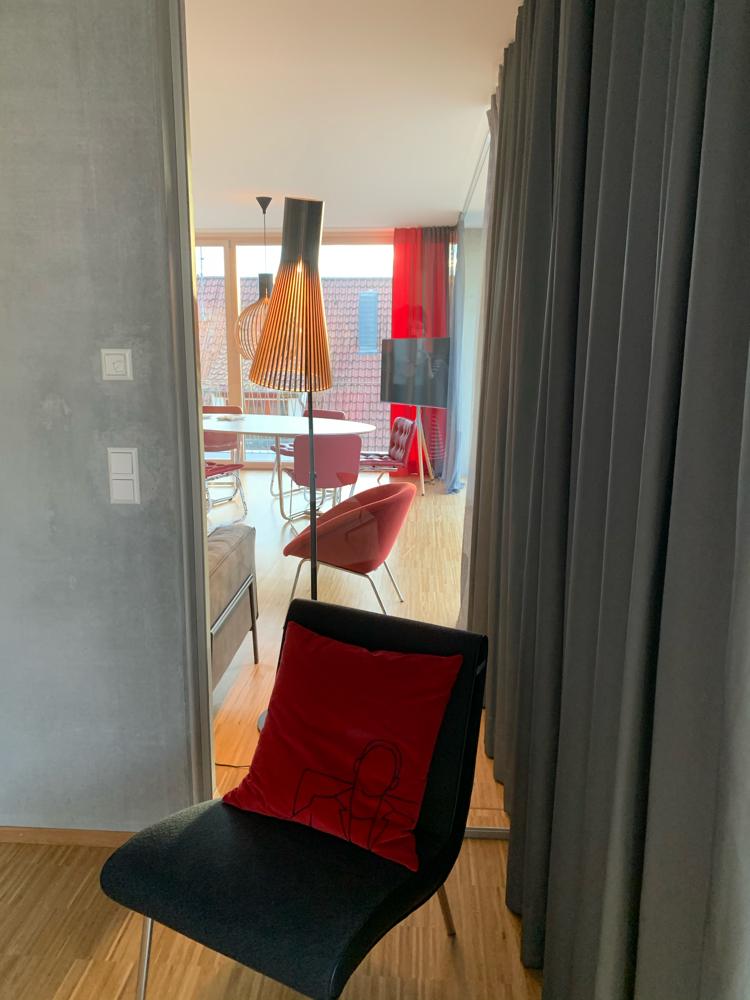 Durchblick von Masterbedroom in Wohnbereich