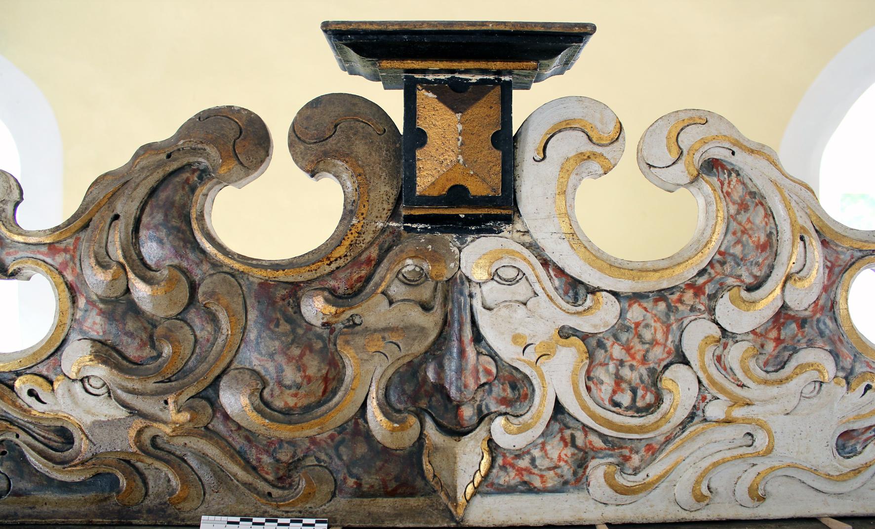 Oberes Verzierungsbrett während der Abnahme der Überzuge, barocker Altaraufsatz, ev. Kirche Volkmarsen-Herbsen