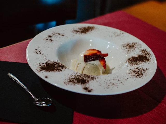 Semifreddo al pistacchio con crema di cioccolato bianco e fragole fresche