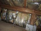 住宅診断 床下の断熱材が垂れ下がっています。実は掘りコタツ周りなので大丈夫です。しかし、断熱材が水分を吸ってカビが発生してきている事、また断熱性能が劣化していると思われます。