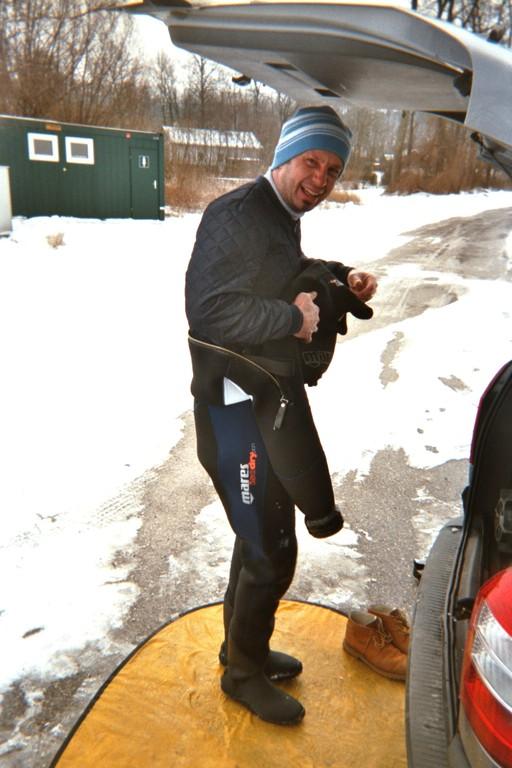 Vorbereitungen zum Eistauchen im Puckingersee
