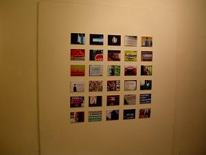 Diese Farbfotografie von Thorsten Hülsberg zeigt Photon in der slowenischen Hauptstadt Ljubljana im Jahr 2004 mit einer Ausstellung über die Kultband Laibach.