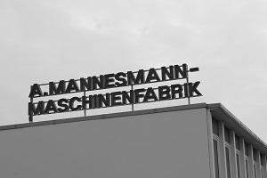 Diese Schwarzweißfotografie von Thorsten Hülsberg zeigt ein Industriegebäude der A. Mannesmann-Maschinenfabrik in Remscheid.