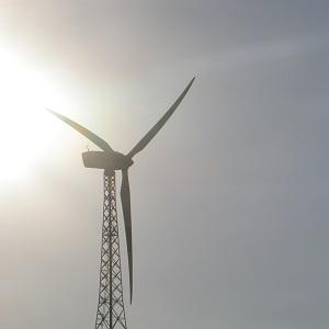 Dieses Farbfoto von Thorsten Hülsberg zeigt ein Windrad in der grellen Sonne.
