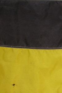 Man sieht den Ausschnitt einer schwarzgelben Fahne.