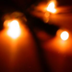 Dieses Farbfoto Thorsten Hülsberg zeigt drei verschwommene Lichter zum dritten Advent.