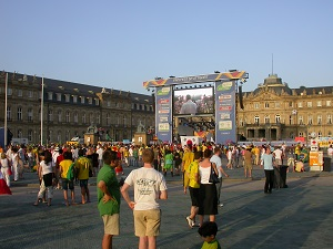 Dieses Farbfoto von Thorsten Hülsberg zeigt begeisterte Fußballfans auf dem Fanfest 2006 auf dem Stuttgarter Schlossplatz.