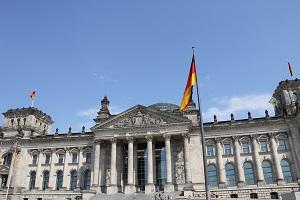 Diese Farbfotografie von Thorsten Hülsberg zeigt den Reichstag in Berlin, wie er nach links absackt.