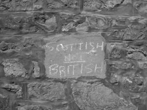 Schwarzweissfotografie von Thorsten Hülsberg einer Mauer in Edinburgh mit der Aufschrift SCOTTISH NOT BRITISH.