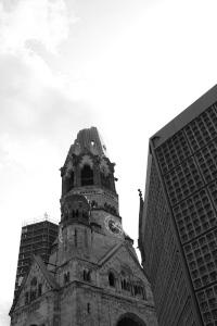 Diese Schwarzweißfotografie von Thorsten Hülsberg zeigt die Kaiser-Wilhelm-Gedächtnis-Kirche in Berlin.