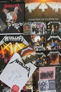 Diese Farbfotografie von Thorsten Hülsberg zeigt einen Teil des Inhalts der Deluxe-Box zu Master Of Puppets aus dem Jahr 2017 von Metallica.