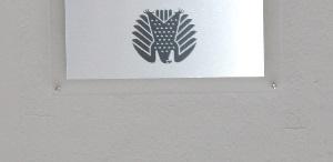 Dieser Farbfotoausschnitt von Thorsten Hülsberg zeigt ein auf den Kopf gestelltes Schild mit einem Bundesadler darauf.