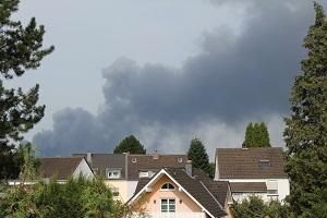 Diese Farbfotografie von Thorsten Hülsberg zeigt die riesige Rauchwolke über Leverkusen nach der massiven Explosion in Europas größter Sondermüllverbrennungsanlage.