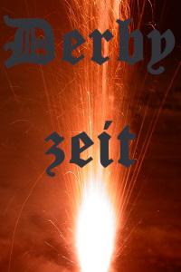 Dieses Bild von Thorsten Hülsberg zeigt brennende Pyrotechnik und den grauen Schriftzug Derbyzeit.