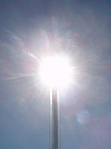 Diese Farbfotografie von Thorsten Hülsberg zeigt die Sonne an der Spitze einer Laterne.