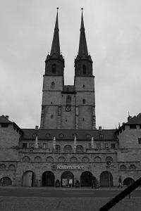 Diese Schwarzweißaufnahme von Thorsten Hülsberg zeigt den Marktplatz von Halle an der Saale mit Trauerflor.