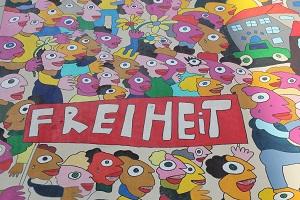 Die farbige Ausschnittsfotografie von Thorsten Hülsberg zeigt das Wort Freiheit aus einem Wandgemälde von Michael Fischer in Leipzig.