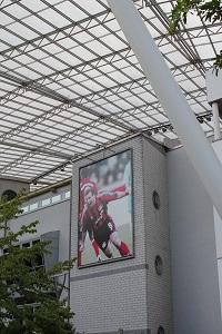 Diese Farbfotografie von Thorsten Hülsberg zeigt einen Teil der BayArena in Leverkusen mit einem Poster des legendären Ulf Kirsten.