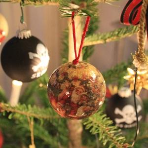 Dieser quadratische Fotoausschnitt von Thorsten Hülsberg zeigt Weihnachtsbaumschmuck.